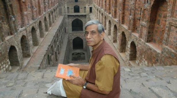 Anupam Mishra with his book Aaj bhi Khare hain Talaab at Ugrsen ki Baawdi